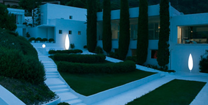 Jardín con iluminación exterior